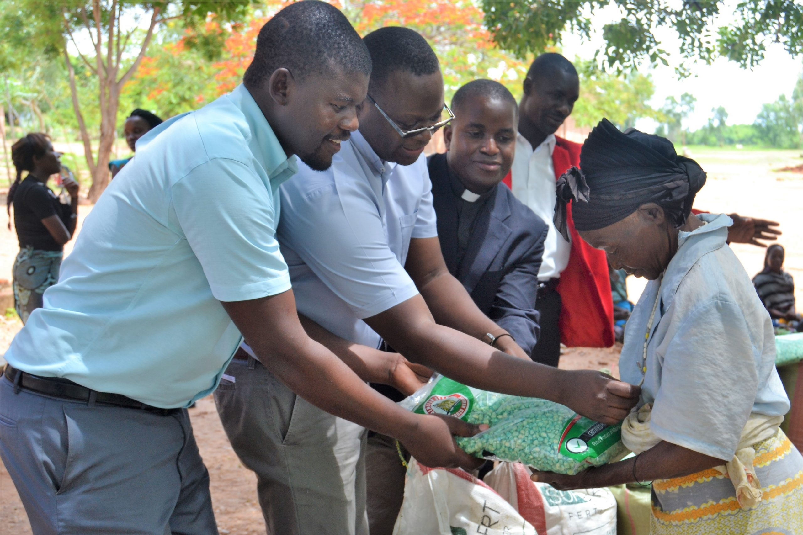 Karonga Diocese Donates Maize and Farm Inputs to Victims of Internal Displacement in Mpata