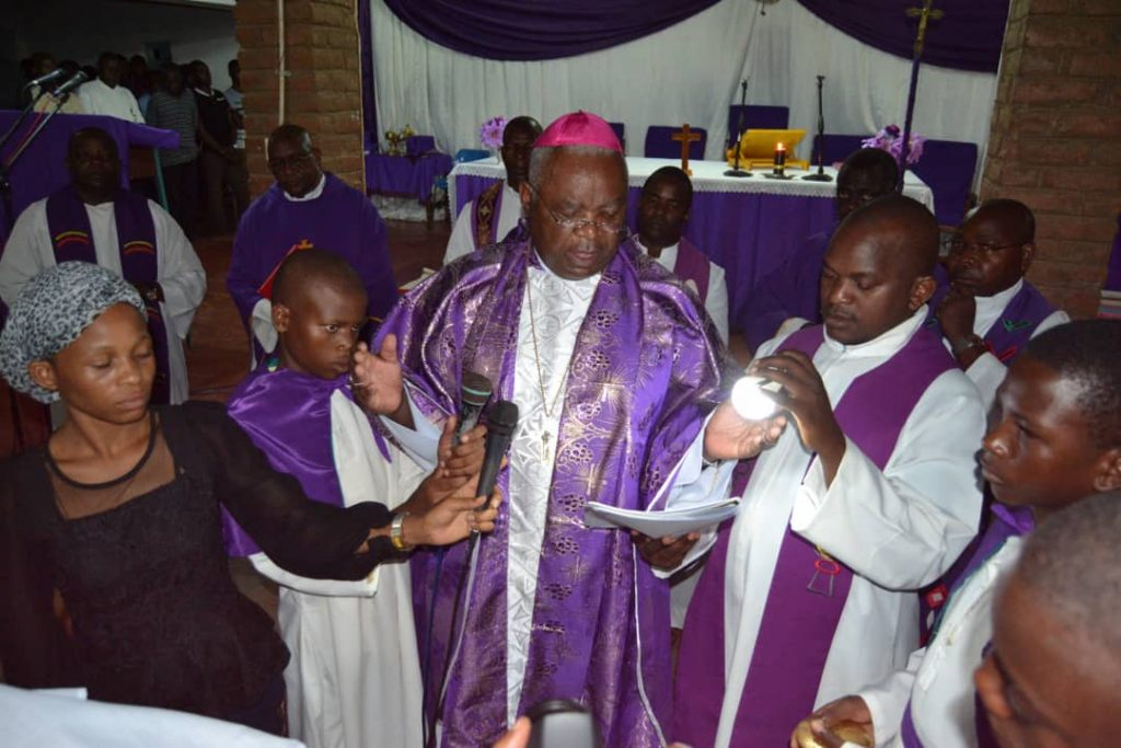 Picture of Bishop Martin Mtumbuka leads the faithful in commending Ephraim's soul to the Lord